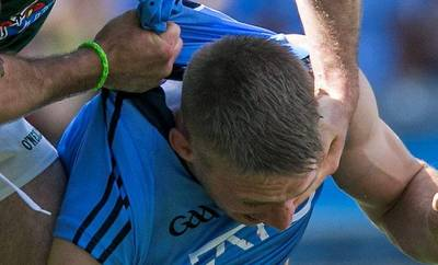 Eoghan O Gara biting (2)